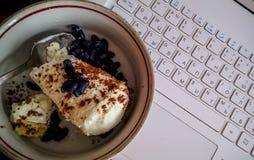 конусы шоколада предпосылки cream мороженое льда над белизной ванили клубники фисташки Стоковая Фотография
