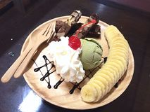конусы шоколада предпосылки cream мороженое льда над белизной ванили клубники фисташки Стоковое Фото