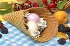 конусы шоколада предпосылки cream мороженое льда над белизной ванили клубники фисташки Стоковые Фото