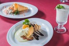 Конус вафли с жидкостными шоколадом и миндалинами Стоковые Фото