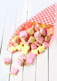 Конус конфеты разливая квадратные проскурняки на таблице Стоковое фото RF