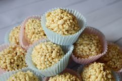 Конус конфеты Fudge в красочном пирожном стоковая фотография rf