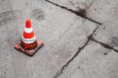 Конус красного цвета и белых striped предупреждающий Стоковое Изображение