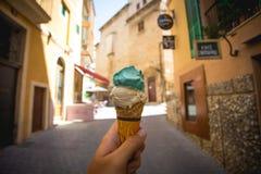 Конус мороженого в руке в улице Palma de Mallorca Стоковое фото RF