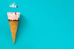 Конус мороженого клубники на голубой предпосылке Стоковые Изображения RF