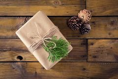 Конус подарочной коробки, ели и сосны на деревянном столе Стоковое фото RF