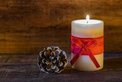 Конус свечи и сосны времени рождества Стоковое Изображение