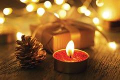 Конус свечи и сосны рождества с bokeh стоковые изображения