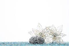 Конус серебряной сосны с цветком украшения рождества на снеге Стоковые Фотографии RF