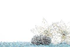 Конус серебряной сосны с цветком украшения рождества на снеге Стоковое фото RF