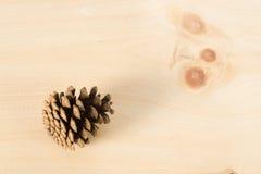 Конус сосны на древесине Стоковые Изображения RF