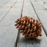 Конус сосны на старом деревянном столе (2) Стоковая Фотография RF