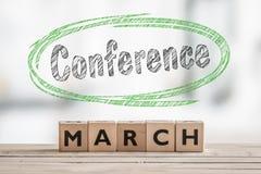 Конференция в марте с деревянным знаком Стоковая Фотография
