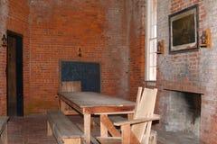 Конференц-зал офицеров был уютен с камином около большого деревянного стола стоковые фотографии rf