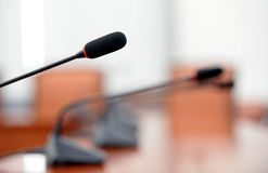 Конференц-зал с Майк стоковое изображение