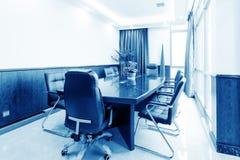 Конференц-залы и таблицы и стулья Стоковая Фотография RF