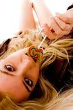 конфета кладя лижущ эмоциональную женщину взгляда сверху стоковая фотография