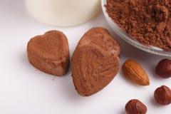 Конфета на белой предпосылке, состав шоколада в форме сердц шоколада Стоковое Фото