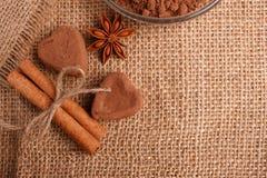Конфета на деревенской предпосылке, состав шоколада в форме сердц шоколада Стоковая Фотография RF