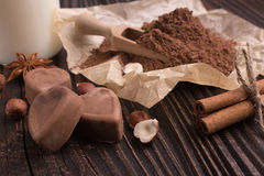 Конфета на деревенской предпосылке, состав шоколада в форме сердц шоколада Стоковое фото RF