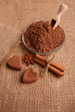Конфета на деревенской предпосылке, состав шоколада в форме сердц шоколада Стоковые Изображения RF