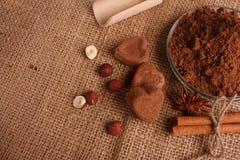 Конфета на деревенской предпосылке, состав шоколада в форме сердц шоколада Стоковое Фото