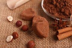 Конфета на деревенской предпосылке, состав шоколада в форме сердц шоколада Стоковое Изображение RF