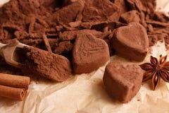 Конфета на деревенской предпосылке, состав шоколада в форме сердц шоколада Стоковые Фото