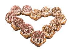 Конфета покрыла сердца конфеты аранжированные в форме изолированного сердца, Стоковые Изображения