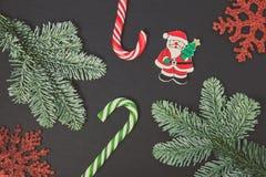 Конфета рождества, снежинки и Санта на черной предпосылке, взгляд сверху стоковая фотография