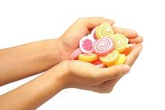 Конфета студня владением руки детей сладостная изолированная на белизне Стоковое Фото