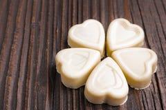 Конфета шоколада в форме сердц на деревянной предпосылке Стоковые Изображения RF