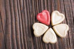 Конфета шоколада в форме сердц на деревянной предпосылке Стоковые Изображения