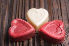 Конфета шоколада в форме сердц на деревянной предпосылке Стоковое Изображение RF