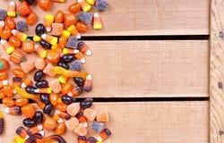 Конфета Halloween на деревянной клети стоковые фотографии rf