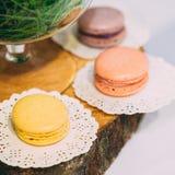 Конфеты гайки десерта сладостной вкусной застекленные белизной в шоколадном батончике на плате Стоковое Изображение RF