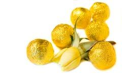 Конфеты и роза желтого цвета стоковые