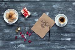 Конфеты и подарок капучино открытки предпосылки дня валентинок на древесине Стоковые Изображения RF