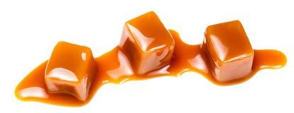 Конфеты карамельки при соус карамельки изолированный на белой предпосылке Стоковое Фото