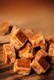 Конфеты карамельки на коричневой предпосылке Посоленные части карамельки Стоковые Изображения
