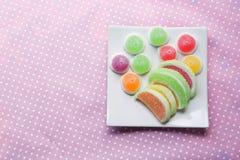 Конфеты конфеты студня в плите на предпосылке Стоковая Фотография