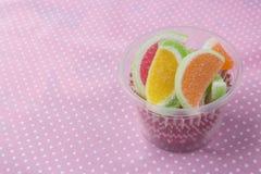 Конфеты конфеты студня в чашке на предпосылке Конфеты студня Стоковое Изображение RF