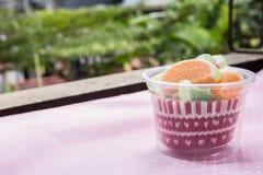 Конфеты конфеты студня в чашке на предпосылке Стоковые Фотографии RF