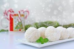 Конфеты на белой плите сервировки, candycanes кокоса Стоковое Изображение RF