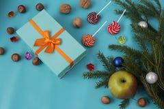 Конфеты рождества на голубой предпосылке с подарком Ветви ели Стоковые Фотографии RF