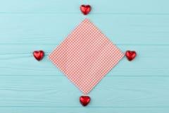 Конфеты сердца форменные в красной фольге Стоковые Изображения RF