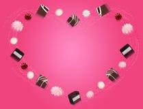 Конфеты шоколада летая на розовую предпосылку Стоковое Фото