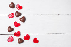 Конфеты шоколада и красные леденцы на палочке Стоковые Изображения