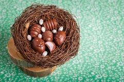 Конфеты шоколада пасхального яйца форменные в гнезде Стоковые Изображения RF