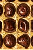 Конфеты шоколада различных форм в коробке золота, взгляд сверху, s Стоковые Изображения